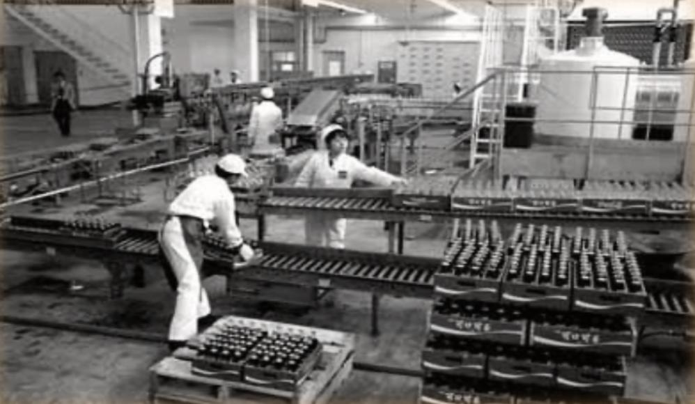 12、南轻轻工机械厂和合肥工业机械厂,生产出我国第一条(300瓶每分钟)汽水灌装线